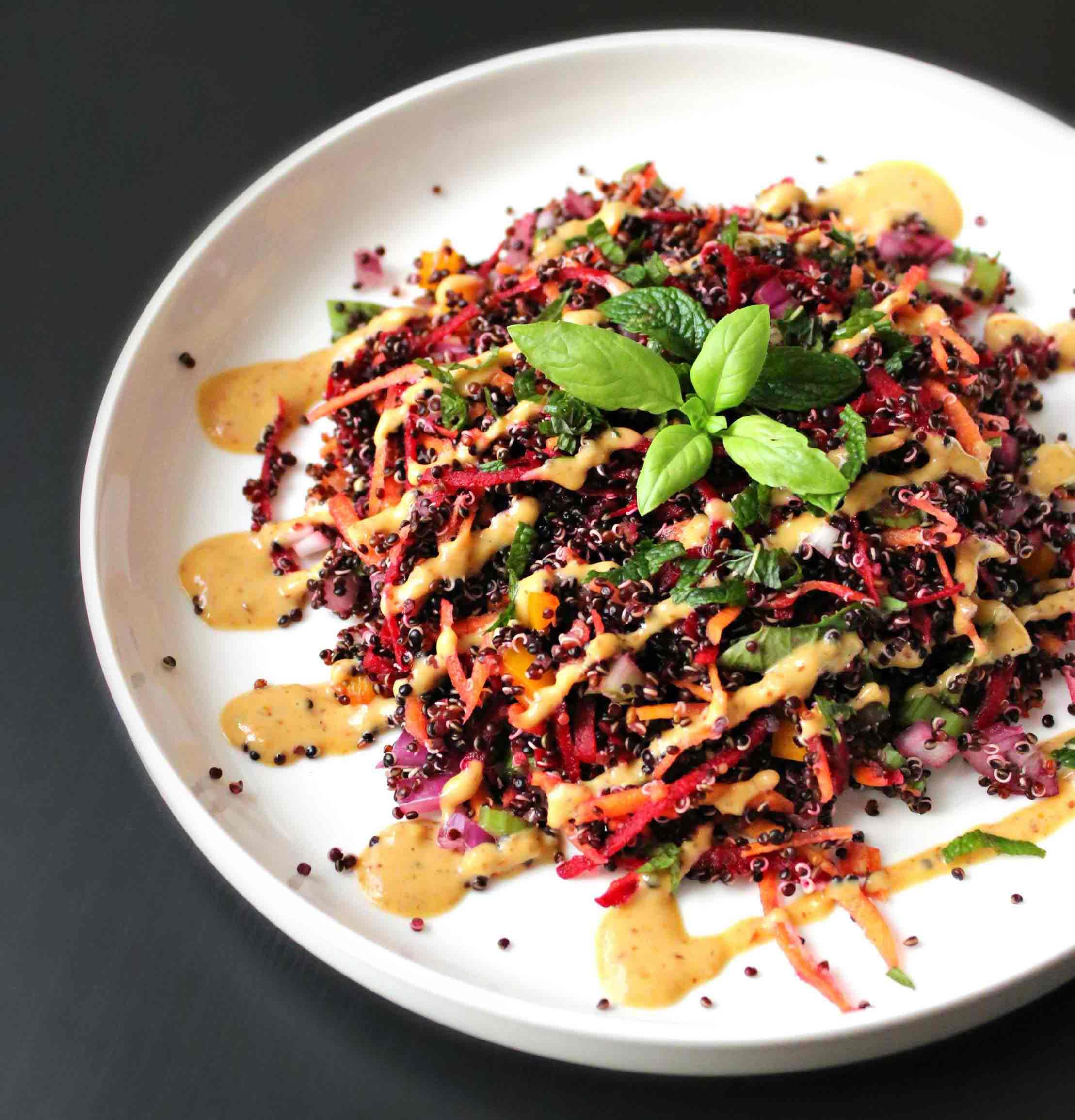 La salade de quinoa noir & sauce orange cacahuète par Sarah Juhasz de Pimp Me Green